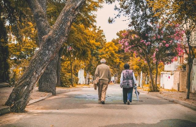 starsi państwo idą zapytać pracodawcę o rezerwy na odprawy emerytalne