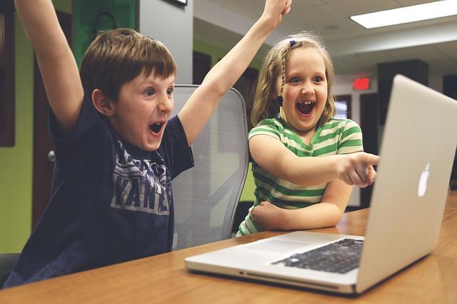 dzieci bez problemów i z entuzjazmem korzystają z przeglądarki internetowej w laptopie