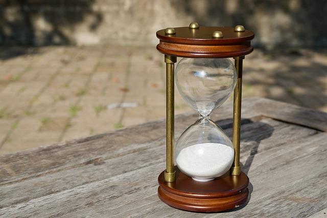 klepsydra pokazuje czas na odprawy pośmiertne