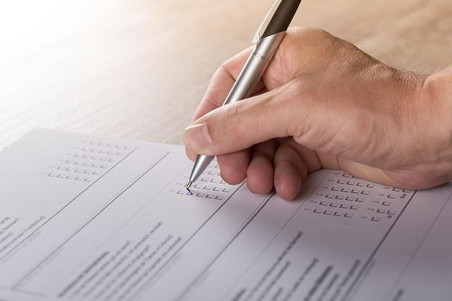 ręka zaznacza, które standardy są dostępne w Kalkulatorze Rezerw?