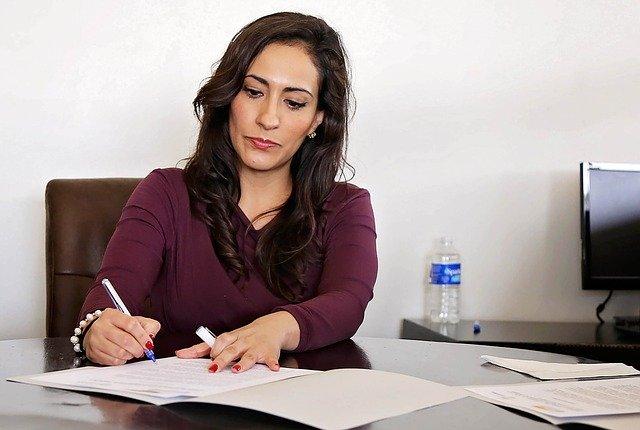 audytor sprawdza wycenę rezerw pracowniczych